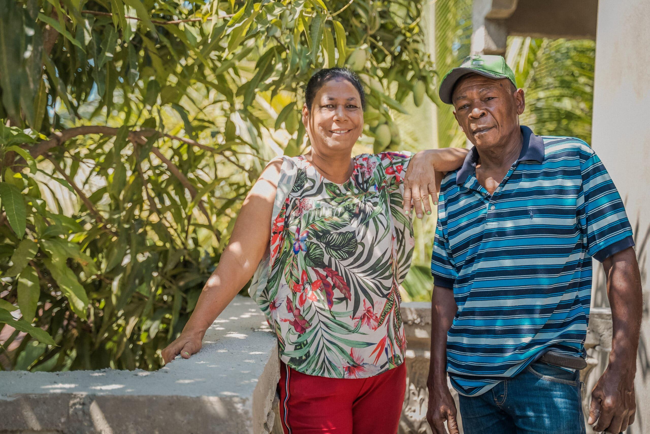 Dominicanos con su vivienda construida por Hábitat para la Humanidad