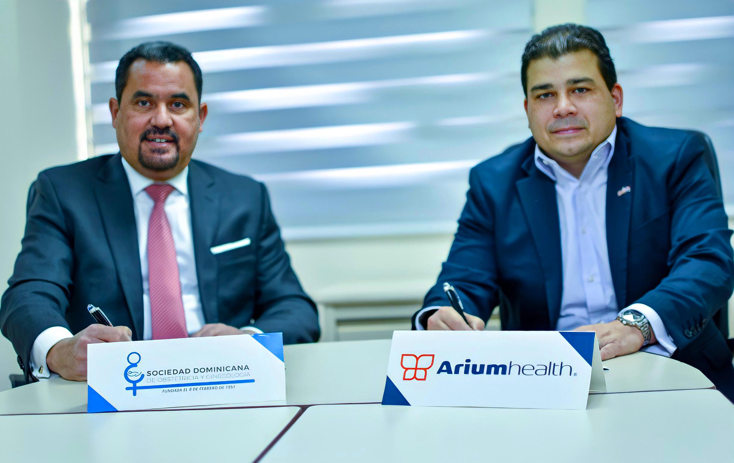 Jorge Vargas Guzmán, presidente de la Sociedad Dominicana de Obstetricia y Ginecología y Fedor Vidal, CEO de la compañía Arium Health firman acuerdo de colaboración para digitalización de protocolos médicos